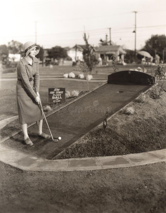 Apreciando um jogo de solo do mini golfe fotografia de stock