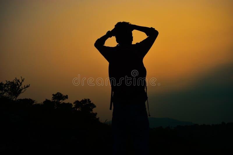 Apreciando um por do sol agradável e colorido fotografia de stock royalty free