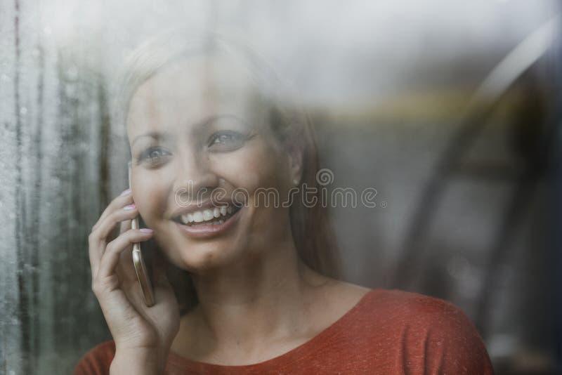 Apreciando um telefonema em casa fotografia de stock royalty free