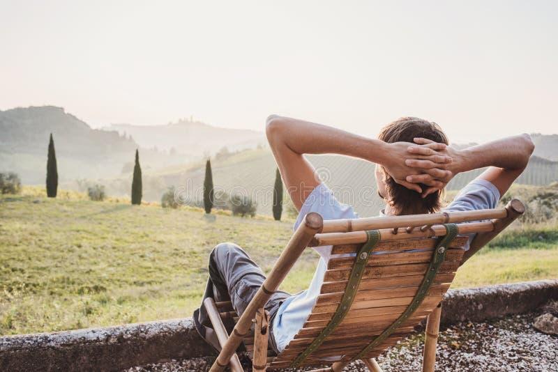 Apreciando a vida Homem novo que olha o vale em Itália, abrandamento, férias, conceito do estilo de vida fotos de stock
