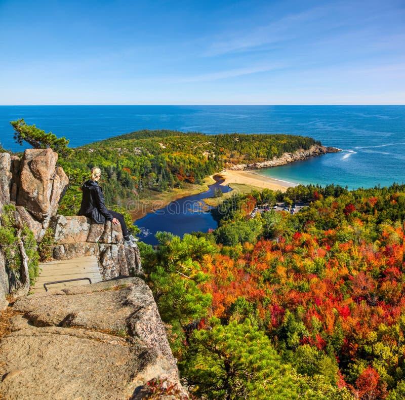 Apreciando a vista da baía do francês da caminhada da colmeia no parque nacional do Acadia fotografia de stock