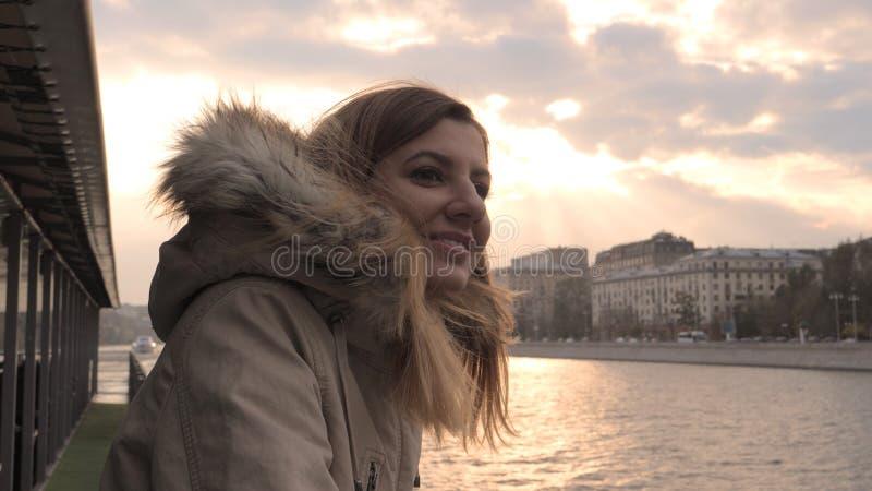 Apreciar a mulher flutua no barco da excursão no rio na cidade na queda ou na mola no por do sol imagens de stock royalty free