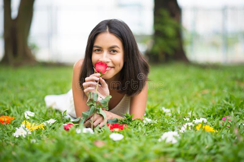 Apreciar o cheiro de aumentou fotografia de stock