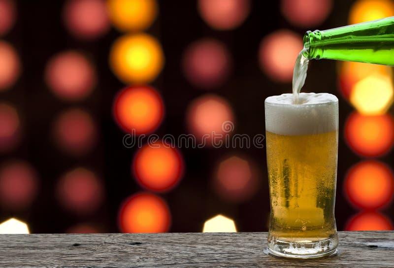 Aprecie a cerveja com paisagem do mar imagens de stock royalty free