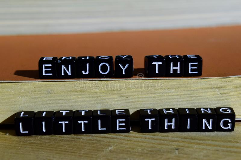 Aprecie a coisa pequena em blocos de madeira Conceito da motivação e da inspiração imagem de stock royalty free