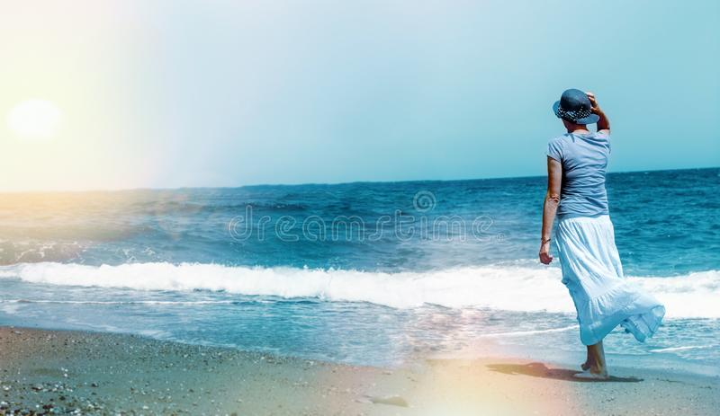 Aprecie e relaxe na caminhada pela praia do sеа - Sandy Beach fotografia de stock royalty free