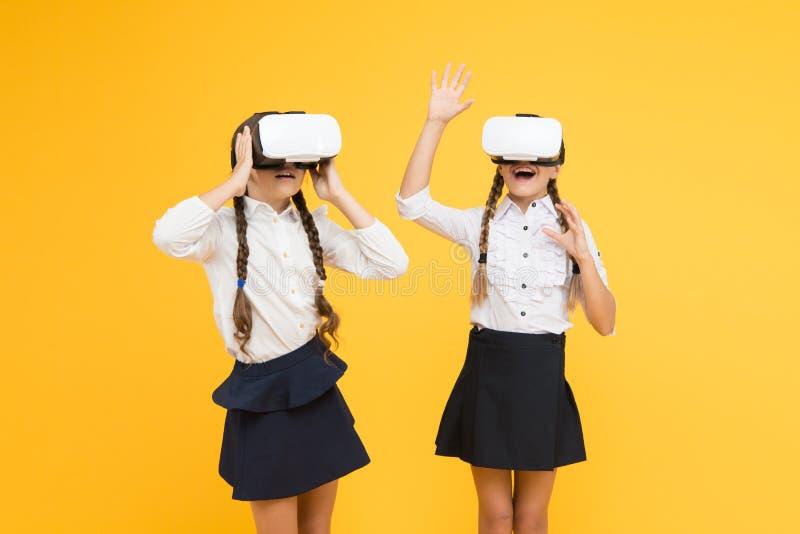 Aprecie a experiência nova As crianças felizes usam a tecnologia moderna Educa??o futura De volta ? escola Futuro e inova??o de D fotografia de stock royalty free