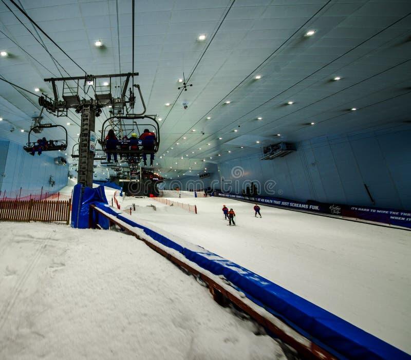 Aprecie a neve no deserto em Ski Dubai foto de stock royalty free