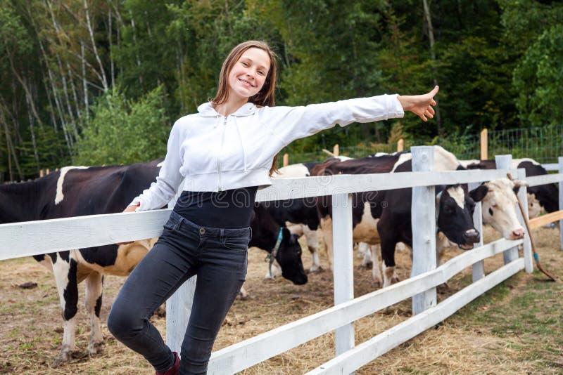 Aprecie o último verão do dia após o trabalho na exploração agrícola do leite Tiro exterior fotografia de stock