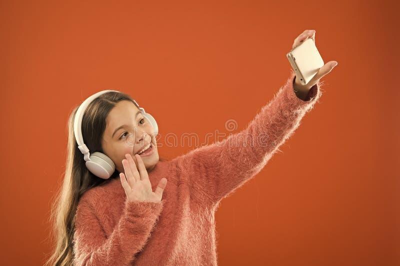 Aprecie o conceito da m?sica Os melhores apps da m?sica que merecem escutar Escute livre Pedido m?vel por adolescentes Crian?a da fotos de stock