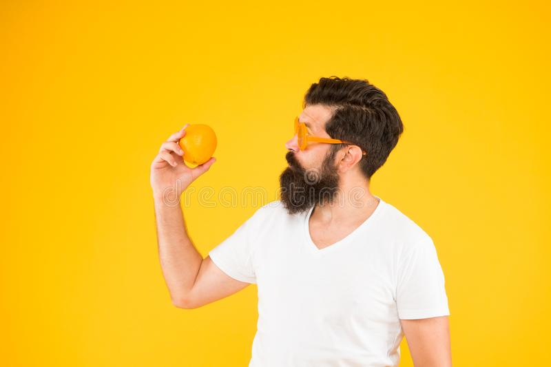 Aprecie o gosto do direito de dieta Laranja guardando perita de dieta no fundo amarelo Homem farpado que faz dieta no citrino imagens de stock royalty free