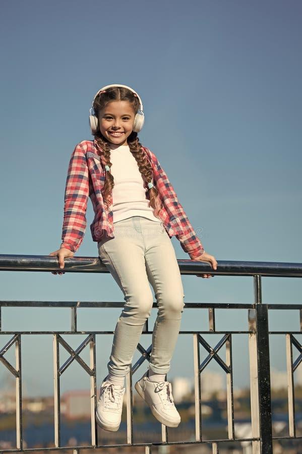 Aprecie o som Fa?a sua crian?a feliz com os melhores fones de ouvido avaliados das crian?as dispon?veis agora A crian?a da menina fotografia de stock