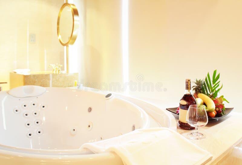Aprecie sua banheira do Jacuzzi imagens de stock royalty free