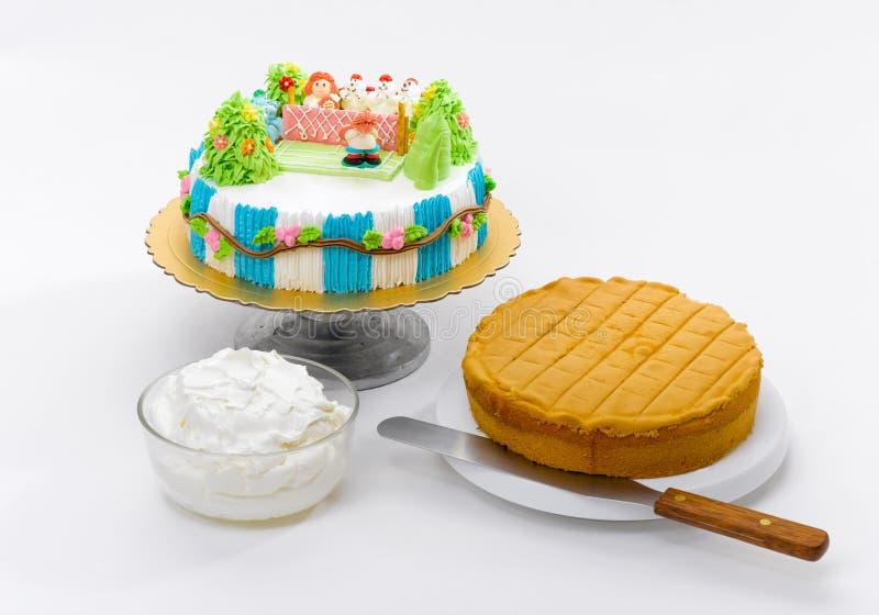 Aprenda fazer a crianças o bolo imagens de stock royalty free
