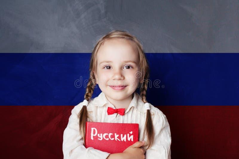 Aprenda a língua de russo Estudante da criança com livro imagem de stock