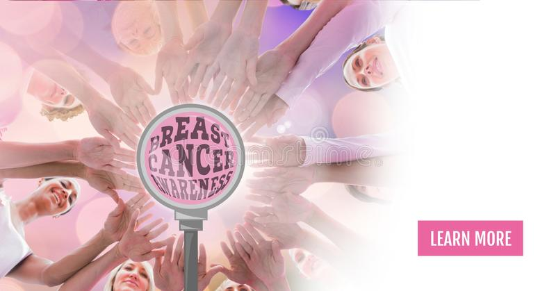 Aprenda mais botão com texto da conscientização do câncer da mama com as mulheres da conscientização do câncer da mama que põem a fotos de stock