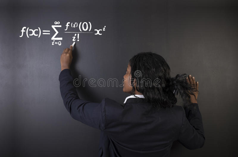 Aprenda o professor das matemáticas, da ciência ou da química com fundo do giz fotografia de stock