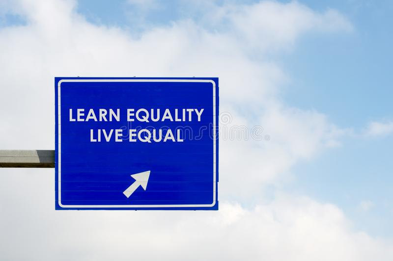 Aprenda que las palabras de Live Equal de la igualdad exhibió en señal de tráfico azul fotos de archivo libres de regalías