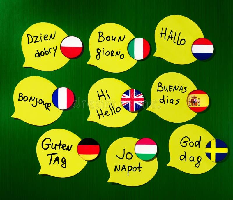 Aprendendo cursos do ‹do †do ‹do †das línguas estrangeiras Cumprimentos da frase em línguas diferentes Bandeiras dos países d imagens de stock royalty free