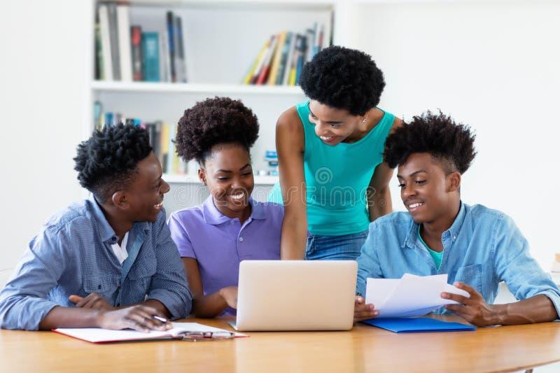 Aprendendo estudantes afro-americanos com professor fêmea imagens de stock royalty free