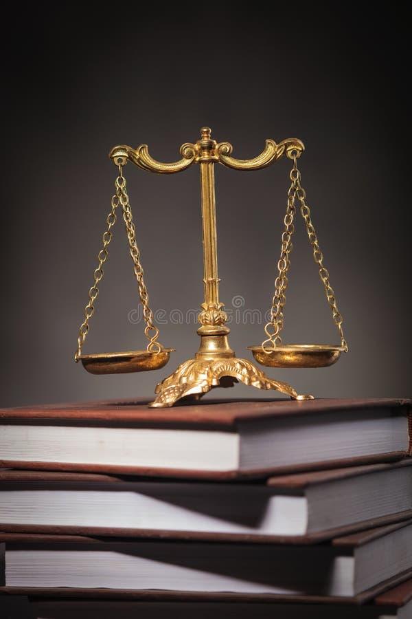 Aprendendo o conceito da lei, escala dourada em uma pilha dos livros imagens de stock