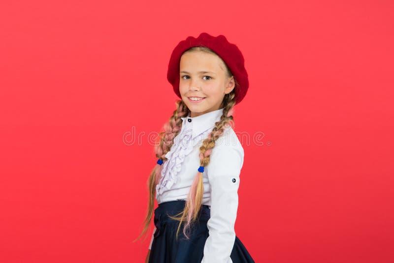 Aprendendo o franc?s criança feliz no uniforme menina na boina francesa Educa??o no exterior forma da crian?a internacional fotos de stock royalty free