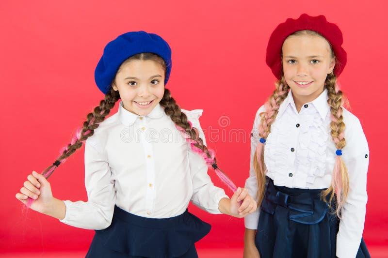 Aprendendo o franc?s crianças felizes no uniforme Amizade e irmandade Melhores amigos meninas na boina francesa imagens de stock royalty free