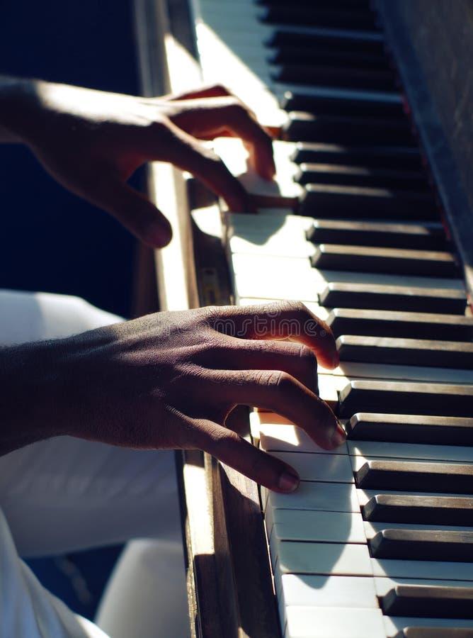 Aprendendo o jazz do piano da música entrega o jogo do instrumento praticando do teclado fotografia de stock royalty free