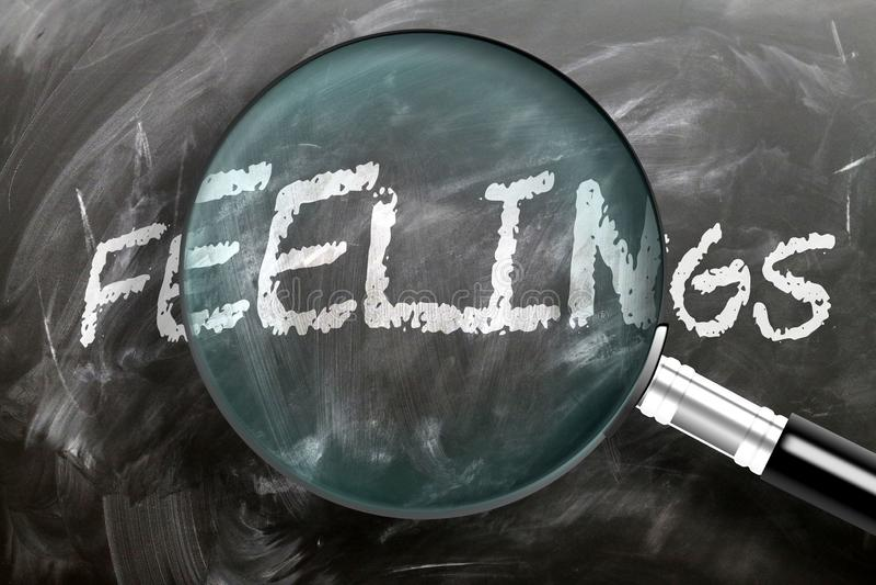 Aprender, estudiar e inspeccionar sensaciones - representadas como una lupa que aumenta los sentimientos de las palabras, simboli imagenes de archivo