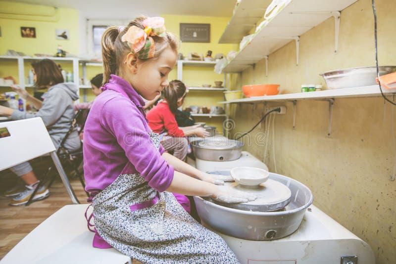 Aprender nueva destreza en el taller de la cerámica fotos de archivo libres de regalías