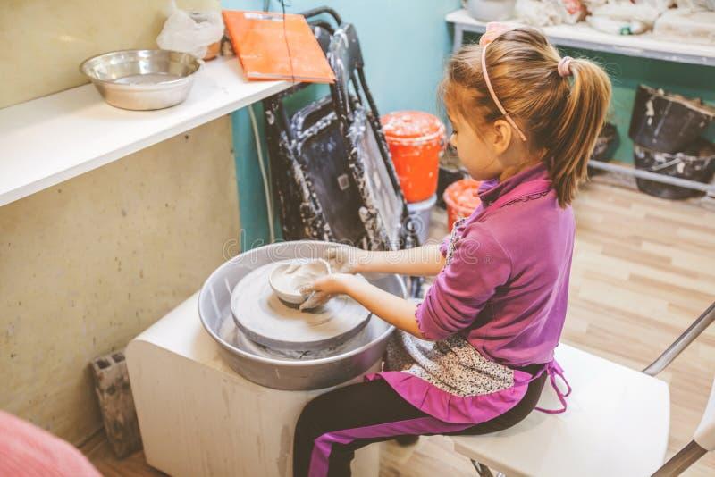 Aprender nueva destreza en el taller de la cerámica imágenes de archivo libres de regalías