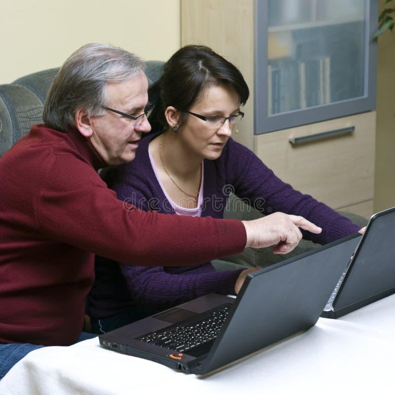 Aprendiendo cómo utilizar la computadora portátil imagen de archivo libre de regalías