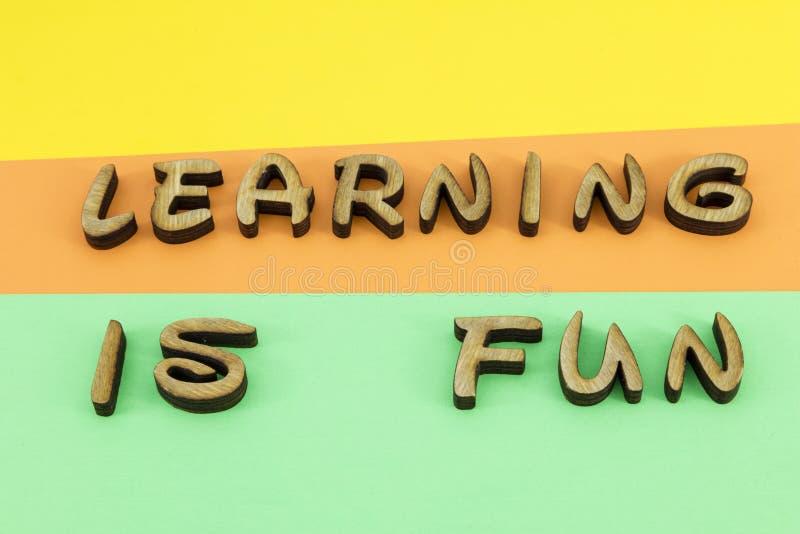 Aprendiendo la diversión pone letras a colores de madera fotografía de archivo libre de regalías