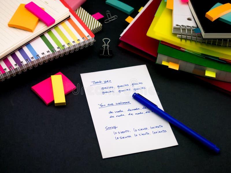 Aprendiendo nuevas palabras de la escritura de la lengua muchas veces en el cuaderno; imagen de archivo
