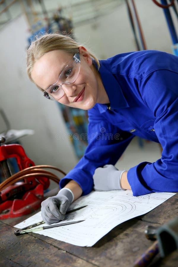 Aprendiz da jovem mulher no plumbery imagens de stock royalty free