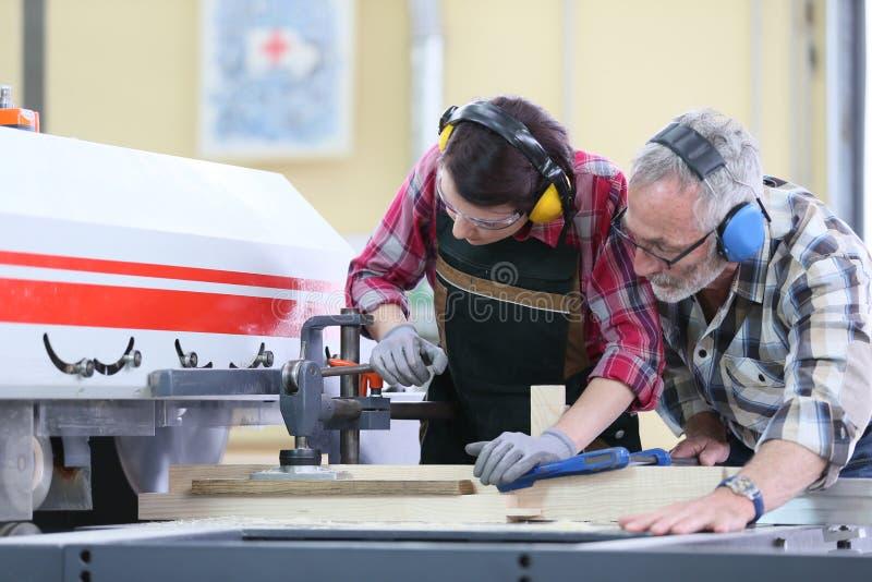 Aprendiz de la mujer joven en taller de la carpintería foto de archivo