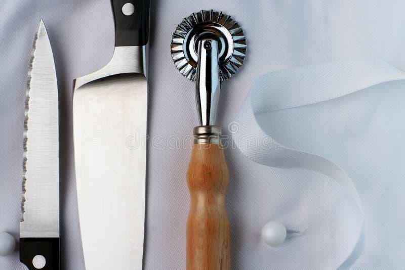 Aprendiz do cozinheiro chefe; uniforme e utensílios foto de stock royalty free