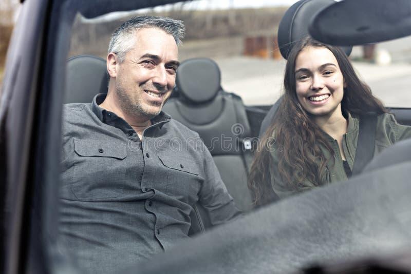Aprendizagem adolescente conduzir ou tomada do teste de condução imagem de stock royalty free