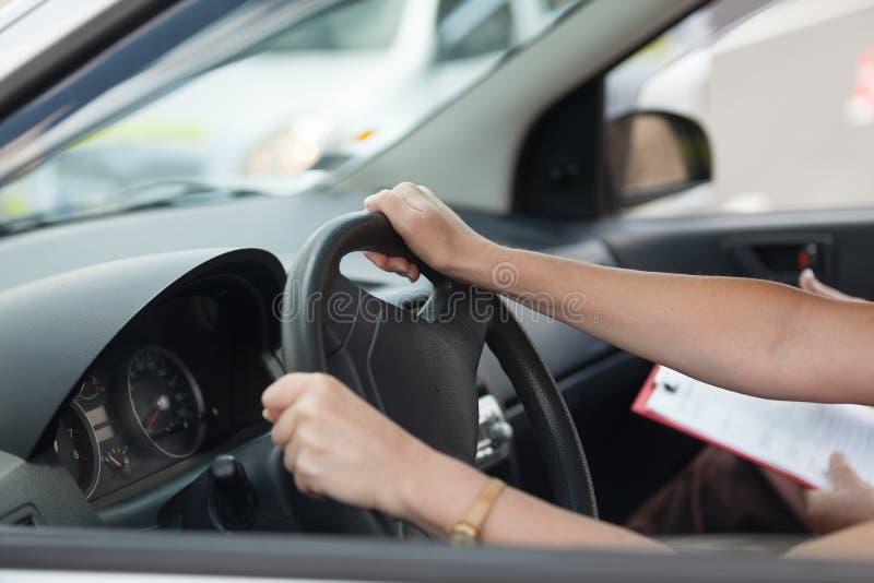 Aprendizagem conduzir um carro imagens de stock