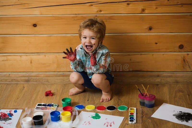 Aprendizagem da criança e jogo felizes fotografia de stock