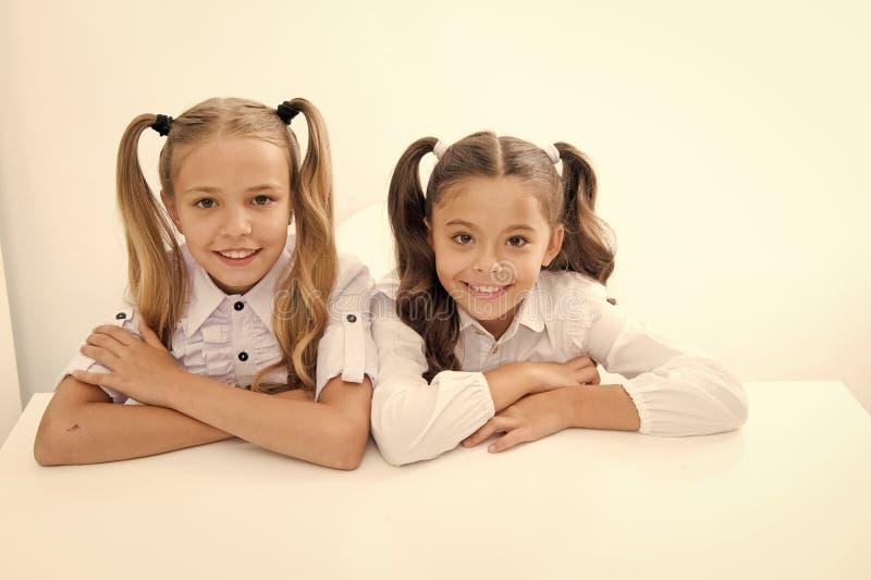 Aprendizagem de E meninas bonitos do od da inf?ncia feliz e que aprende para as meninas isoladas no branco fotografia de stock royalty free
