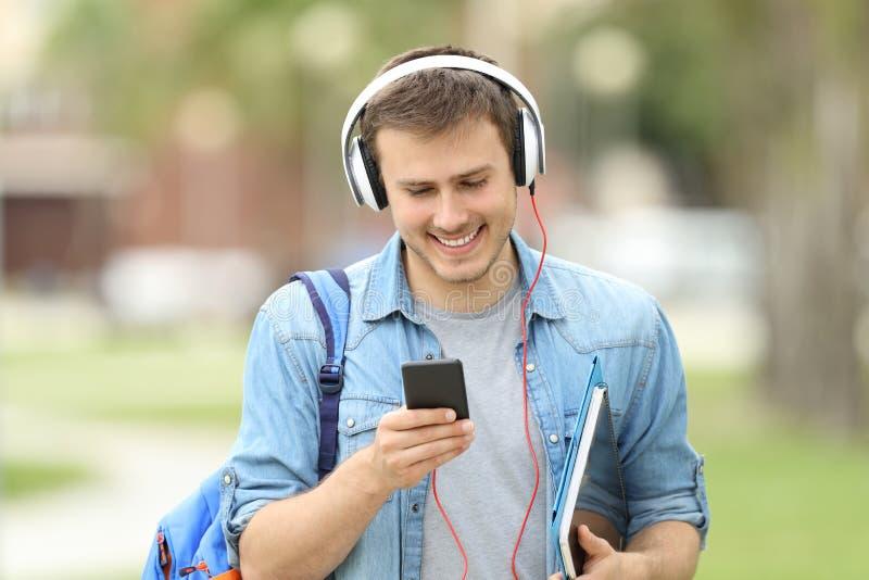 Aprendizagem de passeio do estudante com lições audio imagem de stock