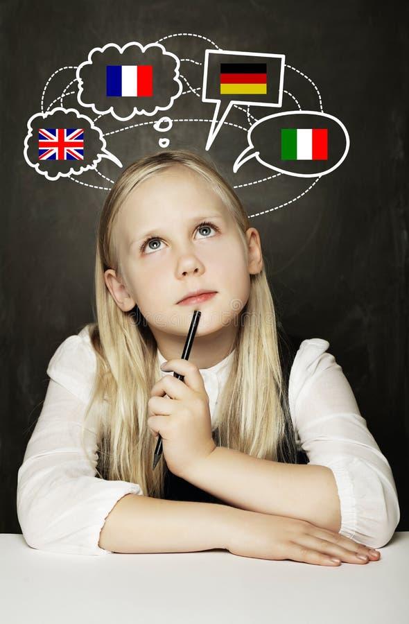 Aprendizagem do aluno da menina da escola inglesa, alemão, francês ou italiano fotos de stock royalty free