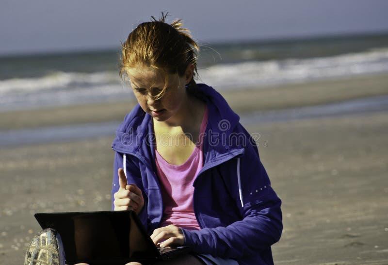 Aprendizagem e socializar na praia imagens de stock royalty free