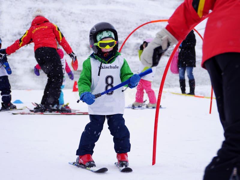 Aprendizagem esquiar fotografia de stock