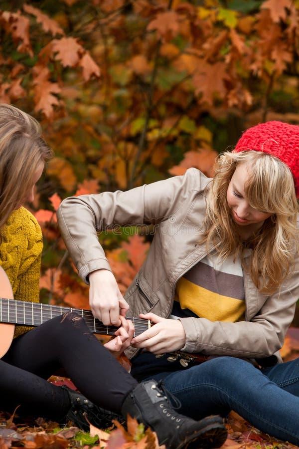 Aprendizagem jogando a guitarra fotos de stock royalty free