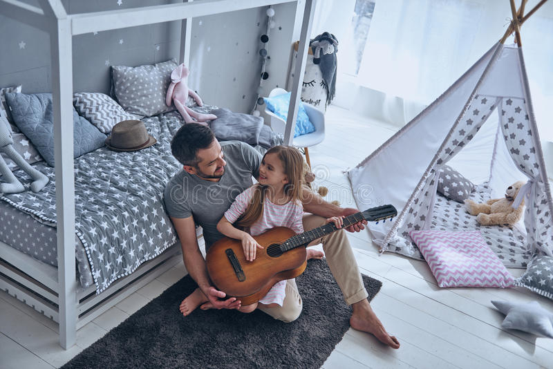 Aprendizagem jogar a guitarra imagens de stock royalty free