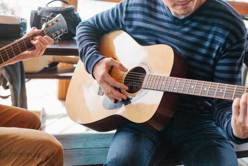Aprendizagem jogar a guitarra Educação da música fotos de stock