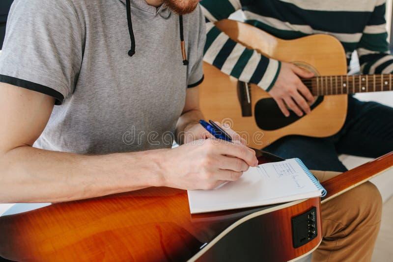 Aprendizagem jogar a guitarra Lições da educação e do extracurricular da música Passatempos e entusiasmo para jogar a guitarra e fotografia de stock