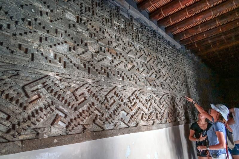 Aprendizagem sobre a história em ruínas de Mitla foto de stock